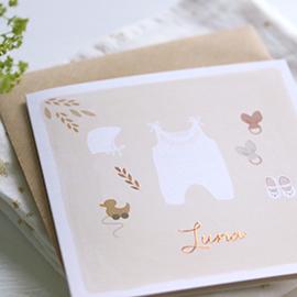 geboortekaartje meisje met babypakje en koperfolie